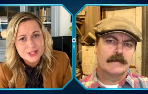 """Parks and Recreation"": Amy Poehler e Nick Offerman batem papo em teaser do episódio especial"