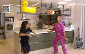 Live de Ivete em casa tem pijama, confete na sala e a família no controle do som