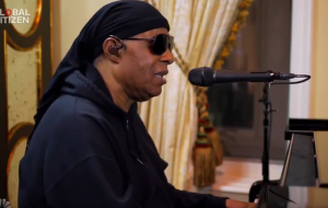 "Stevie Wonder faz apresentação sensível de ""Lean On Me"" e ""Love's In Need of Love Today"" no ""Together At Home"""