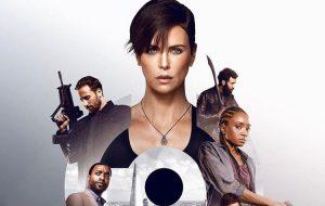"""Charlize Theron está toda determinada em novo cartaz do filme """"The Old Guard"""", da Netflix"""
