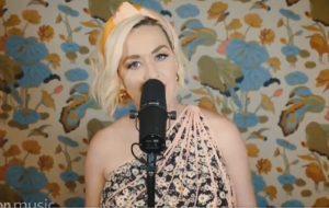 """Katy Perry canta """"Daisies"""" pela 1ª vez ao vivo para a Amazon Music"""