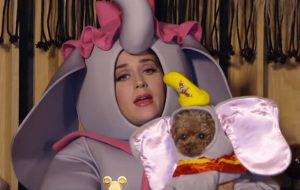"""Katy Perry se veste de Sra. Jumbo e canta """"Baby Mine"""" em 2ª edição do especial da Disney"""