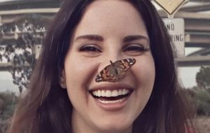 Lana Del Rey anuncia lançamento de novo álbum e divulga carta aberta rebatendo críticas