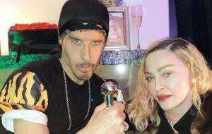 """""""Estamos juntos em quarentena"""", diz fotógrafo após críticas por ter Madonna em festa de aniversário em NY"""
