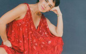 Entrevista: Luana Carvalho celebra a mãe, Beth Carvalho, com EP em clima de pós-Carnaval