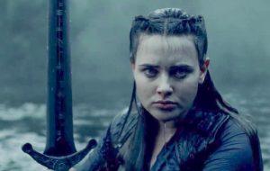 """Katherine Langford projete a espada Excalibur em teaser da série """"Cursed – A Lenda do Lago"""""""