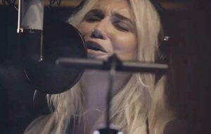 """Kesha libera cover de """"Children of the Revolution"""", música do T. Rex, que já chega com clipe"""