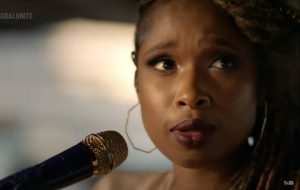 "Jennifer Hudson abre festival ""Global Goal"" com cover de ""Where Peaceful Waters Flow"""