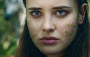 """Katherine Langford surge poderosa em trailer da série """"Cursed– A Lenda do Lago"""""""