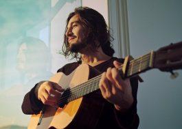 """Tiago Iorc canta sobre amor de verão no clipe de """"Você Pra Sempre Em Mim"""""""
