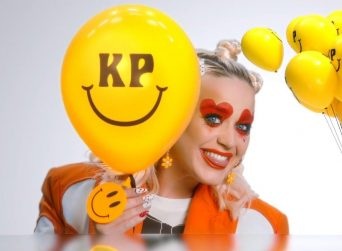 "Katy Perry canta ""Smile"""