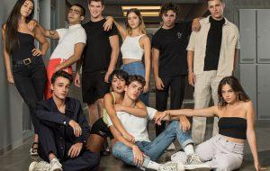 """""""Elite"""" confirma Carla Díaz, Manu Rios e mais no elenco da 4ª temporada com fotos inéditas"""