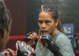 """Halle Berry vive lutadora de MMA em imagem inédita de """"Bruised"""""""