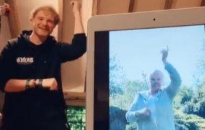 """""""Salvou minha vida"""", diz Judi Dench sobre gravar vídeos no TikTok com o neto"""