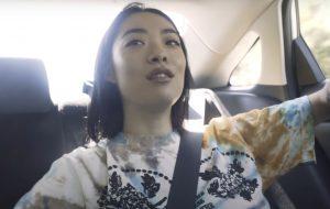 Rina Sawayama lança prévia do documentário sobre o álbum de estreia
