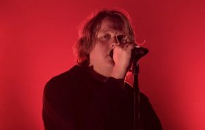 "Lewis Capaldi canta a melancólica ""Before You Go"" no VMA"