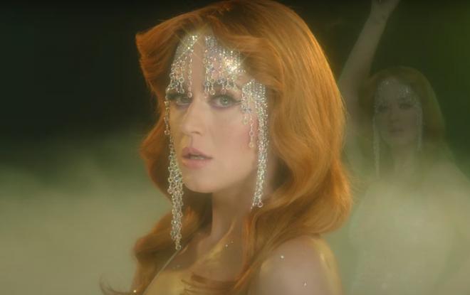 """Katy Perry no clipe de """"Champagne Problems"""" (Reprodução)"""