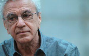 """Cartaz de """"Narciso em Férias"""" traz foto rara de Caetano Veloso detido durante a ditadura"""
