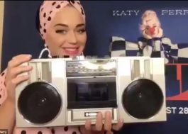 "Em live, Katy Perry mostra trechos das músicas ""Teary Eyes"", ""Resilient"" e ""Cry About It Later"""