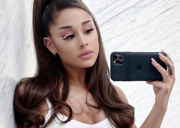 Ariana Grande em foto em frente ao espelho (Reprodução)