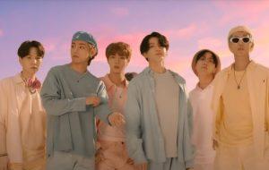 """BTS dança entre cenários coloridos no clipe de """"Dynamite"""", 1ª single em inglês"""