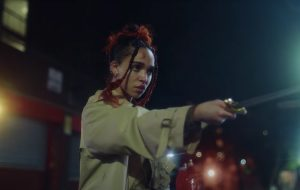 "FKA twigs mostra intensa batalha de espadas no clipe de ""Sad Day"""