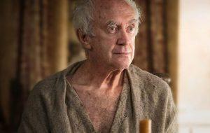 """Jonathan Pryce interpretará príncipe Philip nas temporadas 5 e 6 de """"The Crown"""""""
