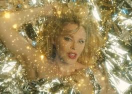 """Kylie Minogue divulga clipe sublime e cheio de brilho para """"Say Something"""""""