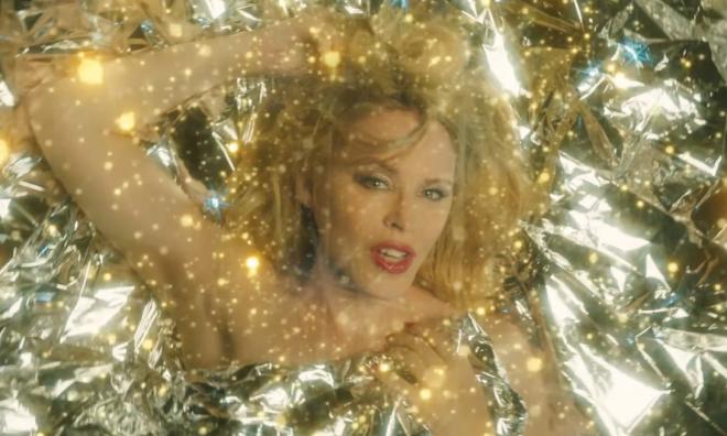 """Kylie em cena do clipe de """"Say Something"""" (Reprodução)"""