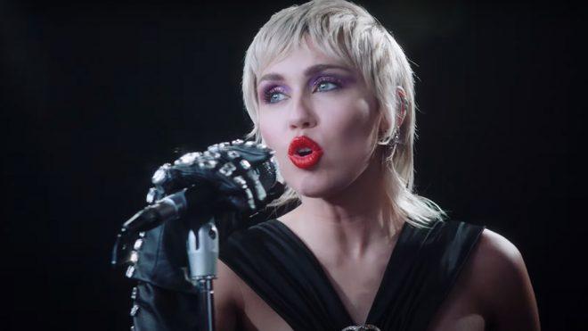 """Miley Cyrus no clipe de """"Midnight Sky"""" (Reprodução)"""