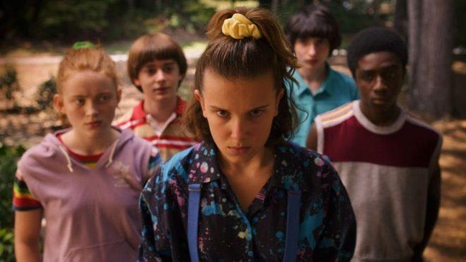 """Millie Bobby Brown e elenco de """"Stranger Things"""" (Reprodução)"""