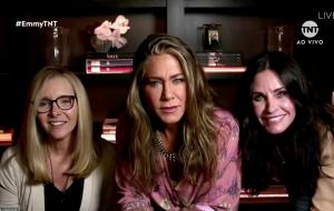 """Reunião de """"Friends""""! Lisa Kudrow, Jennifer Aniston e Courteney Cox aparecem juntas no Emmy 2020"""