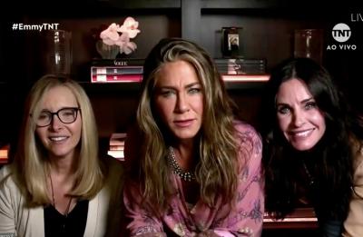 Lisa Kudrow, Jennifer Aniston e Courteney Cox durante o Emmy 2020 (Reprodução)