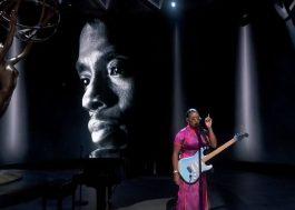 No Emmy, H.E.R. canta clássico de Prince para homenagear artistas e pessoas da TV que morreram