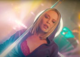 """Magnética, Kylie Minogue leva todo mundo para a pista de dança no clipe de """"Magic"""""""