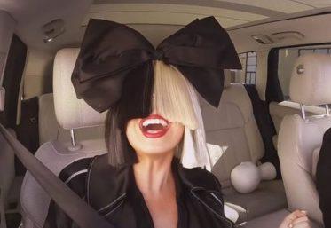 """Sia no Carpool Karaoke, do """"The Late Late Show"""" (Reprodução)"""