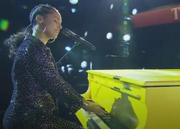 Alicia tocando piano em apresentação (Foto: Reprodução)