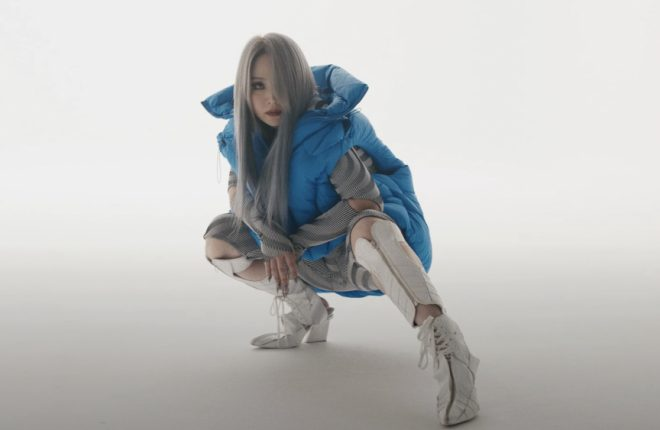 """CL cheia de estilo no clipe de """"Post Up"""" (Reprodução)"""
