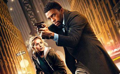 """Sienna Miller e Chadwick Boseman no pôster de """"Crime Sem Saída"""" (Divulgação)"""