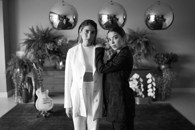 """Duo Clara x Sofia em imagem promocional do """"Vevo DSCVR At Home"""" (Divulgação)"""