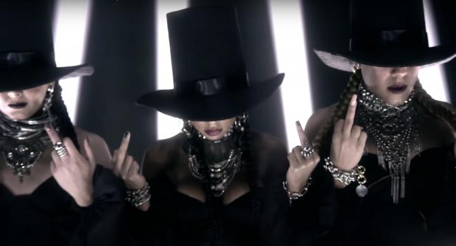 """As Baías e MC Rebecca no clipe de """"Coragem"""" (Reprodução)"""