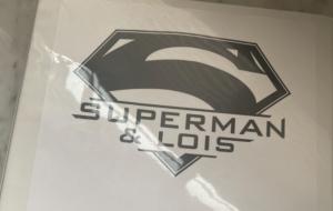 """""""Superman & Lois"""": nova série da CW tem logo revelado por Elizabeth Tulloch"""