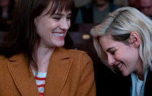 """Mackenzie Davis e Kristen Stewart vivem romance em primeiras fotos do filme """"Happiest Season"""""""