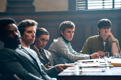 """Eddie Redmayne e mais atores em cena do filme """"Os 7 de Chicago""""(Reprodução)"""