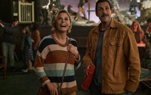 """""""O Halloween do Hubie"""", filme da Netflix com Julie Bowen e Adam Sandler, ganha primeiras fotos"""