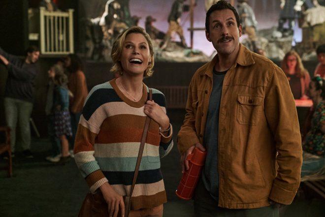 """Julie Bowen e Adam Sandler em cena de """"O Halloween do Hubie"""" (Divulgação)"""
