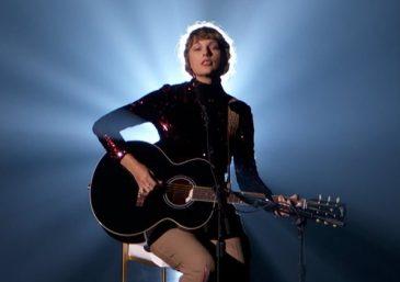 Taylor Swift durante apresentação no Academy Country Music Awards 2020 (Reprodução)