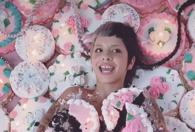 """Melanie Martinez no clipe de """"The Bakery"""" (Reprodução)"""