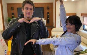 "Camila Cabello publica fotos nos bastidores de ""Cinderella"" com Nick Galitzine"