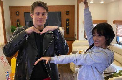 """Nick Galitzine e Camila Cabello em bastidores de """"Cinderella"""" (Reprodução)"""